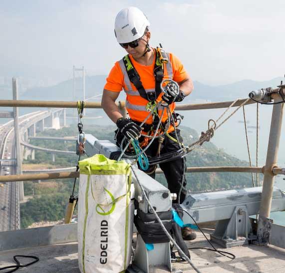 Vertic-Triple-Lock-veiligheidsharnas-(Edelrid)-werken-op-hoogte